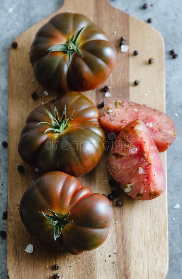 Сладкий отрезок томата Marmande на деревянной доске r стоковые фотографии rf