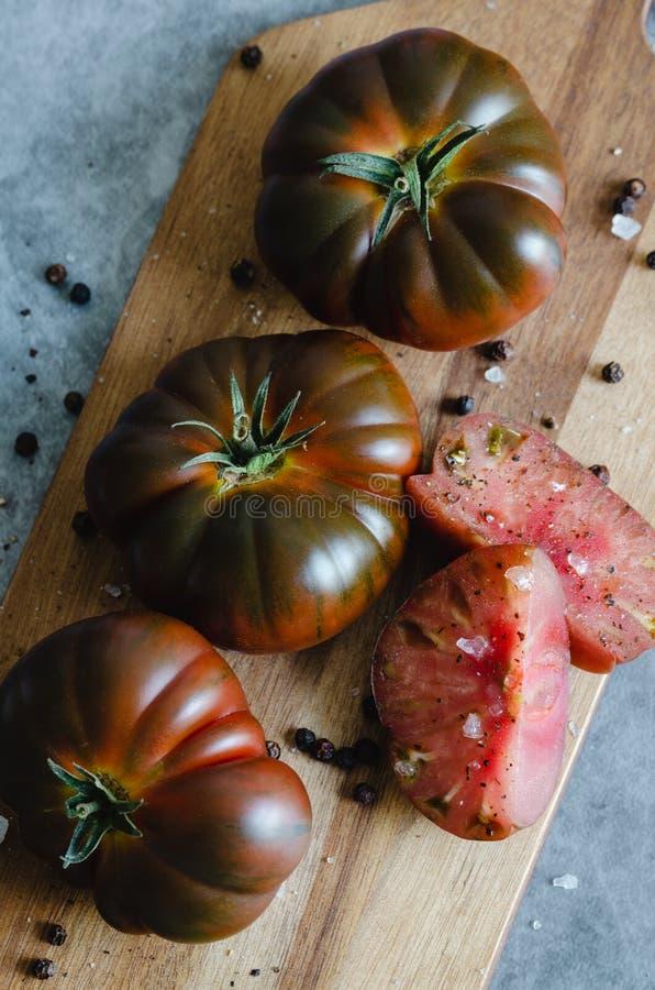 Сладкий отрезок томата Marmande на деревянной доске r стоковая фотография