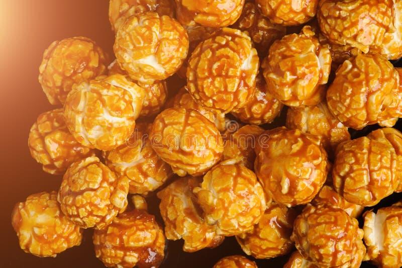 сладкий попкорн сливк карамельки на черной предпосылке стоковое изображение rf