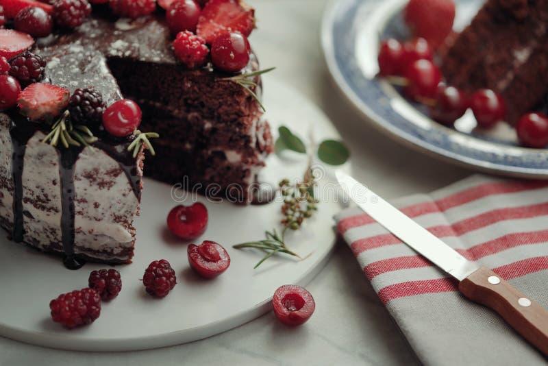 Сладкий шоколадный торт с вишней и клубникой стоковое изображение