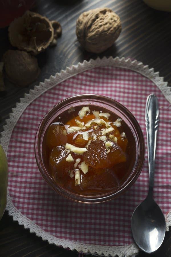 Сладкое варенье айвы в стеклянном блюде с айвами стоковые изображения