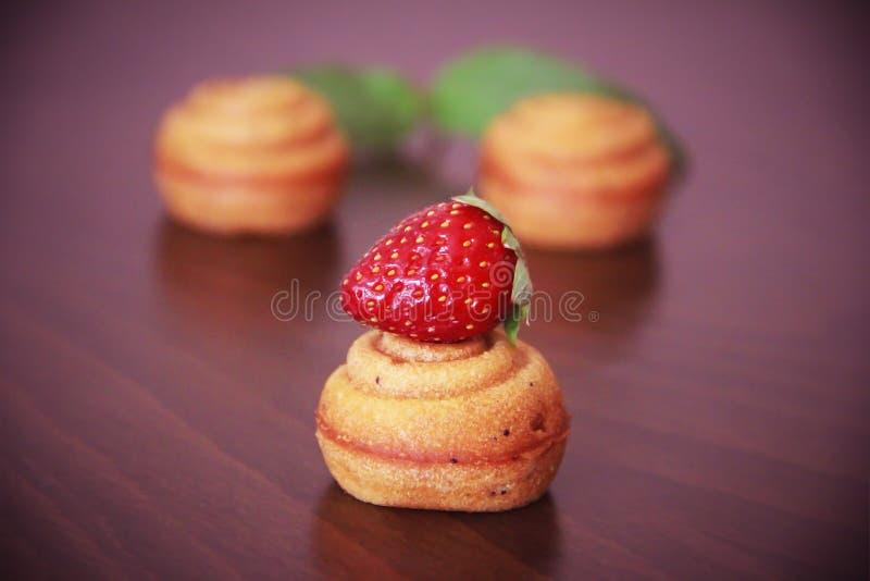 Сладкое желтое печенье испечет раковины с оформлением клубники стоковые изображения rf