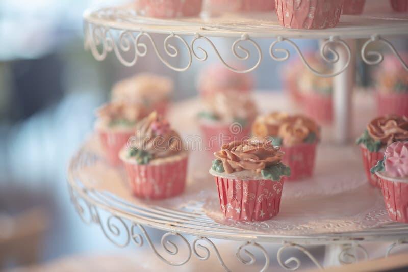 Сладкое пирожное на стойке торта стоковые фотографии rf