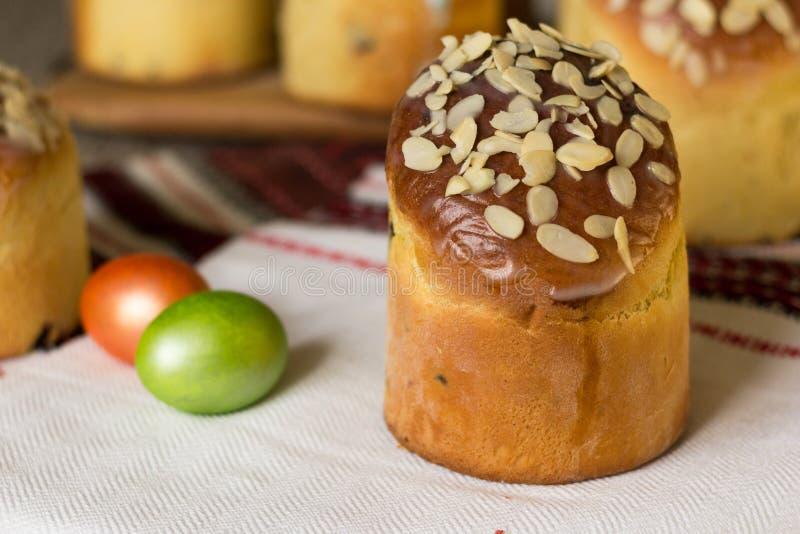 Сладкое kulich торта пасхи покрытое с хлопьями миндалины с покрашенными яйцами r стоковое изображение rf