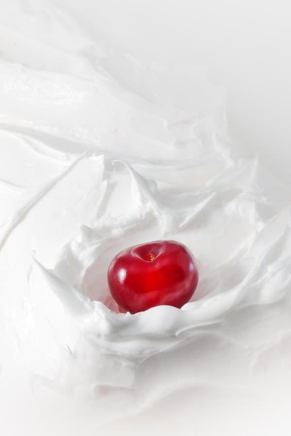 Сладостная вишня в югурте Молоко конца-вверх или десерт сыра с вишнями стоковое изображение rf