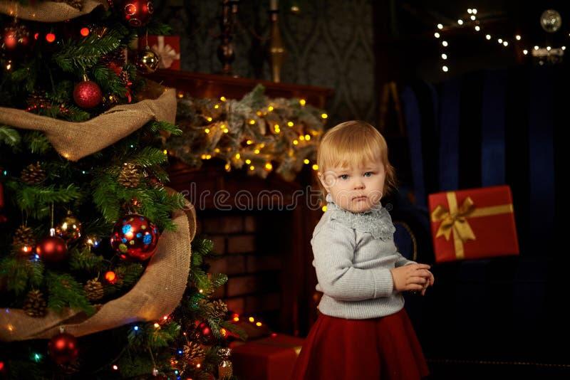 Сладостная девушка в камине рождества стоковое изображение