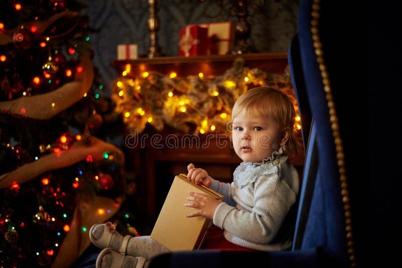 Сладостная девушка в рождественской елке стоковое фото