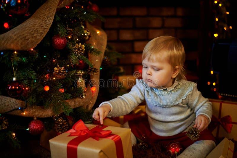 Сладостная девушка в рождественской елке стоковые изображения