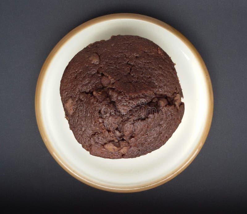 Сладостная и вкусная булочка шоколада на плите над черной таблицей стоковое изображение