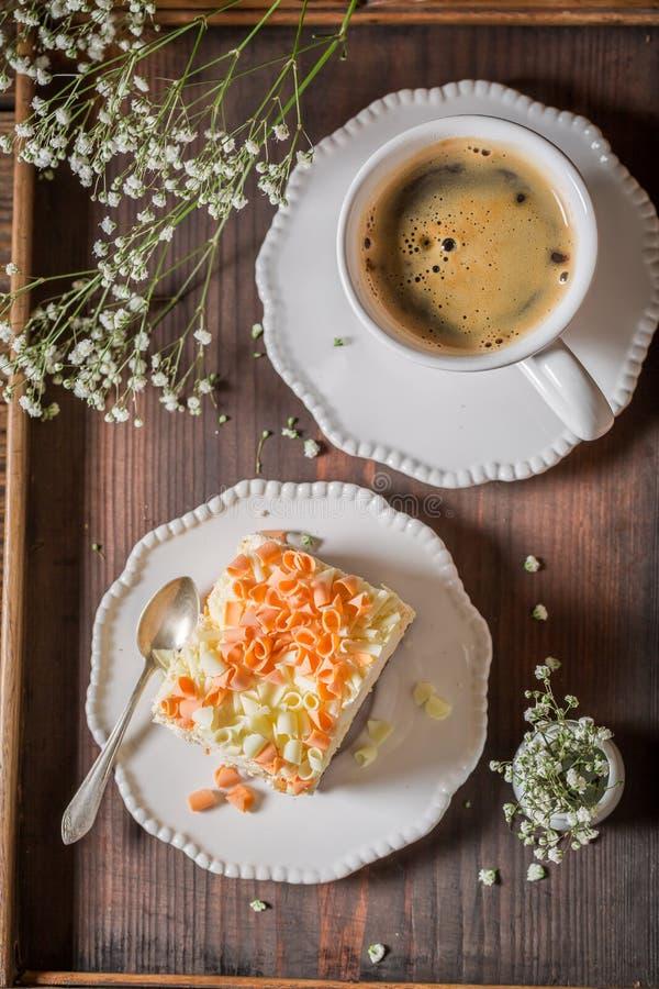 Сладостная и домодельная меренга с шоколадом и кофе стоковое изображение