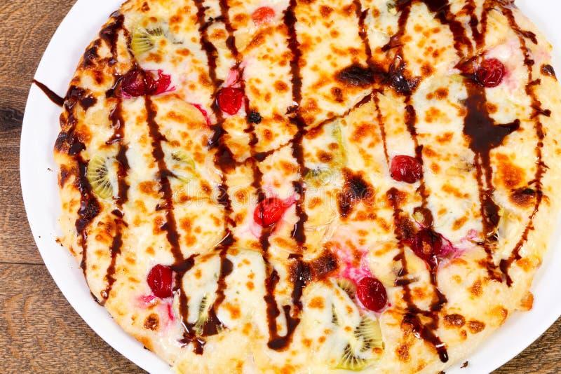 Сладостная пицца с плодоовощами стоковое изображение rf