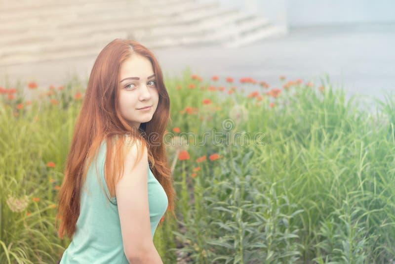 Сладостная усмехаясь девушка в рубашке мяты стоковое фото