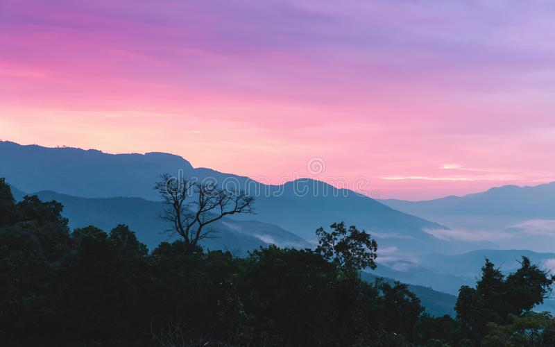 Сладостное небо захода солнца на горе силуэта стоковое изображение rf