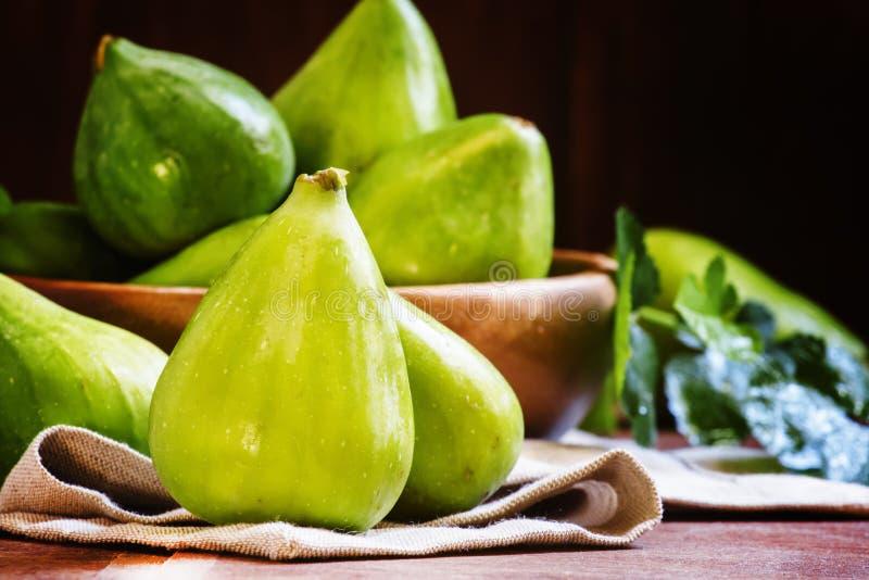 Сладостные зеленые смоквы в шаре, деревянной предпосылке, селективном фокусе стоковые фото