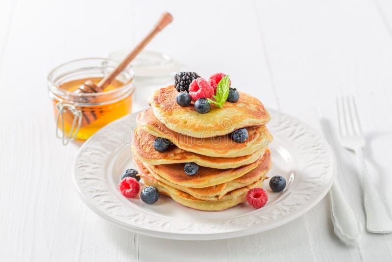 Сладостные и вкусные американские блинчики с сиропом и ягодами клена стоковая фотография