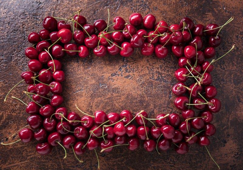 Сладостные органические вишни на старой медной таблице стоковое изображение