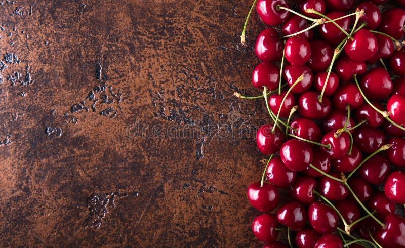 Сладостные органические вишни на старой медной таблице стоковые изображения