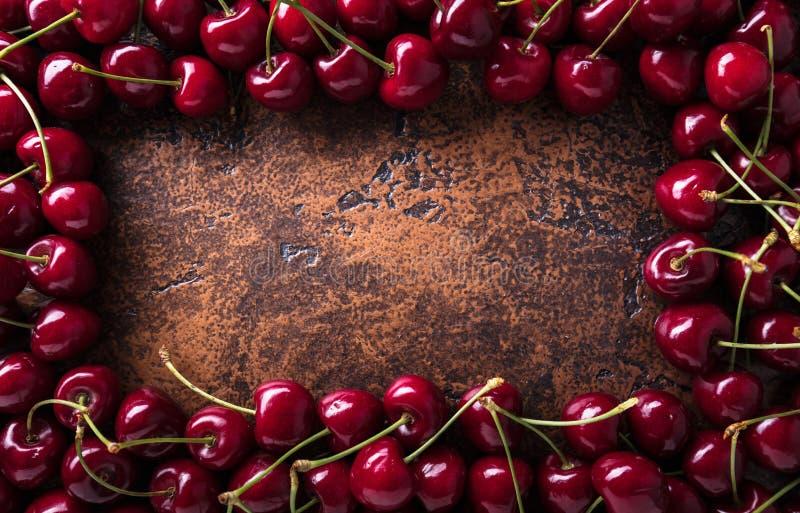 Сладостные органические вишни на старой медной таблице стоковая фотография