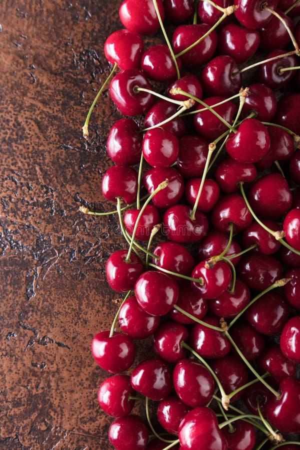 Сладостные органические вишни на старой медной таблице стоковое изображение rf