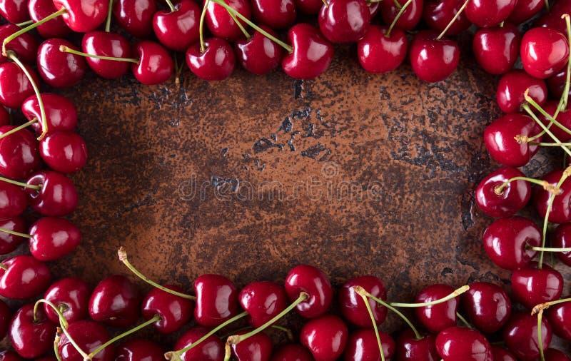 Сладостные органические вишни на старой медной таблице стоковые фото