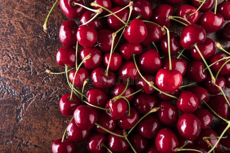 Сладостные органические вишни на старой медной таблице стоковая фотография rf