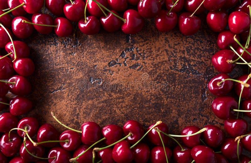 Сладостные органические вишни на старой медной таблице стоковое фото rf