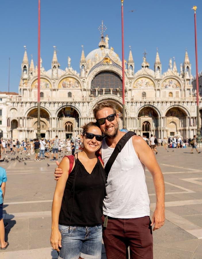 Сладостные пары в влюбленности принимая selfie в Венеции Италии пока путешествующ вокруг Европы стоковое изображение rf
