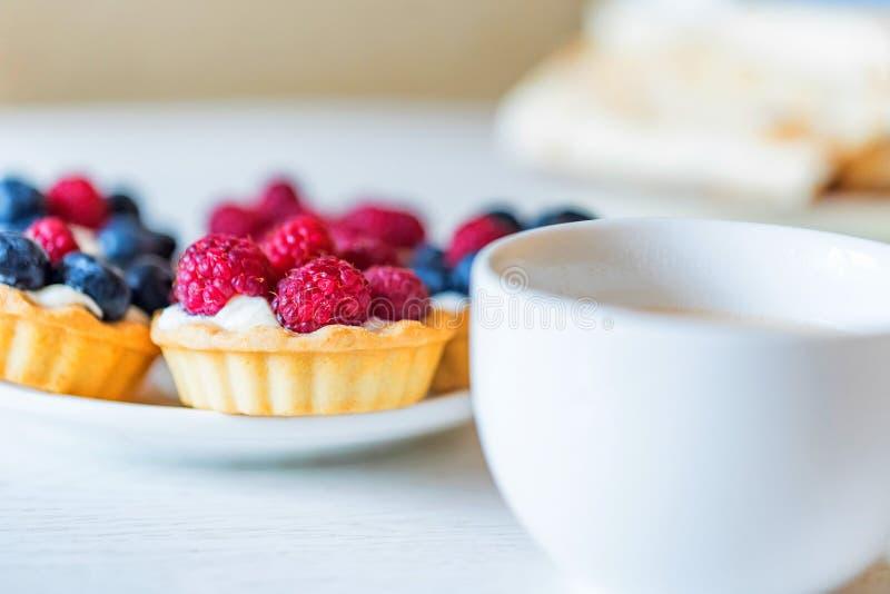 Сладостные пироги с смешанными ягодами на плите стоковое изображение