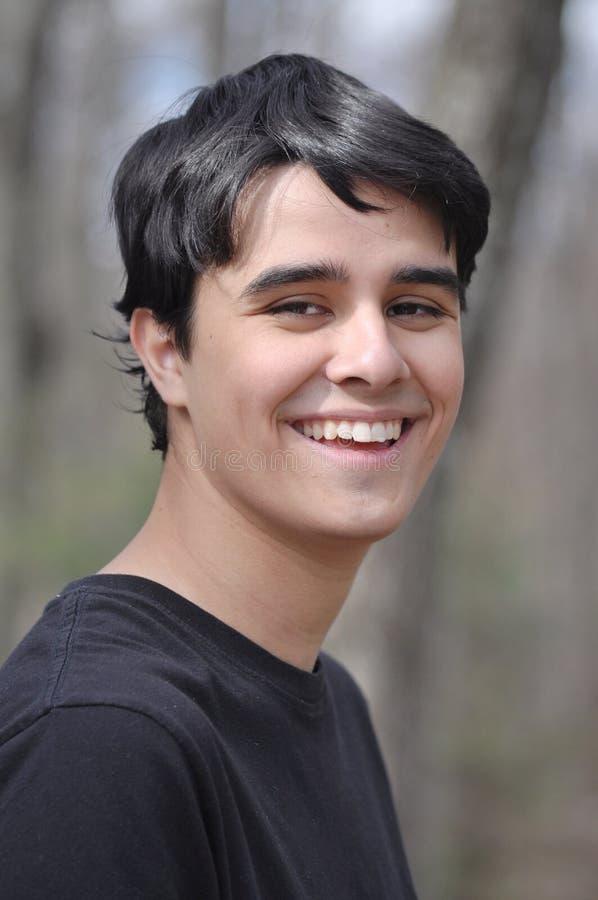 Сладостный и красивый мальчик средней школы усмехаясь к камере стоковые фото