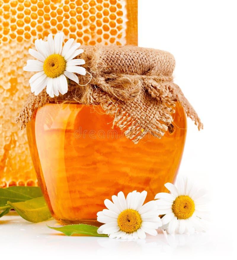 Сладостный мед в стеклянных опарниках с цветками стоковые изображения rf
