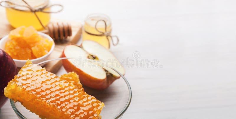 Сладостный мед и яблоко отрезка красное, деревенское обслуживание стоковые изображения