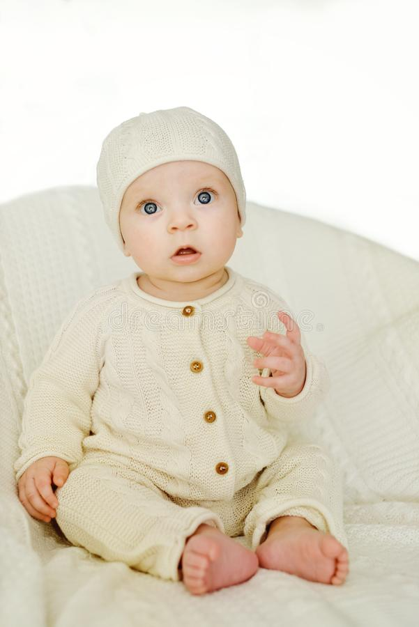 Сладостный младенец нося связанный костюм стоковая фотография