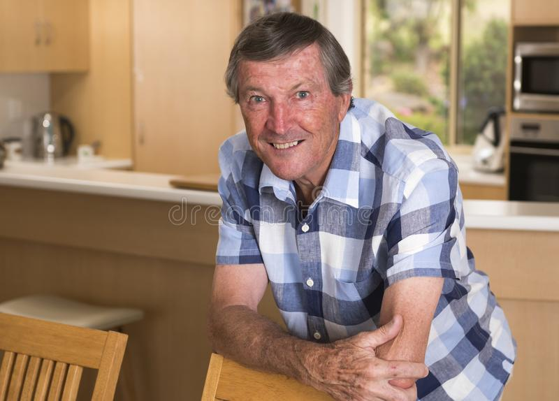 Сладостный портрет человека около 70 лет o среднего возраста старшия зрелого стоковая фотография rf