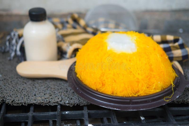 Сладостный поток яичного желтка золота испечет с сливк кокоса стоковое фото rf