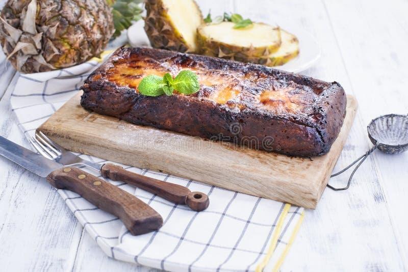 Сладостный самодельный пирог с ананасом и карамелькой для выпечки завтрака с плодоовощ Белая деревянная предпосылка и полотенце к стоковое изображение