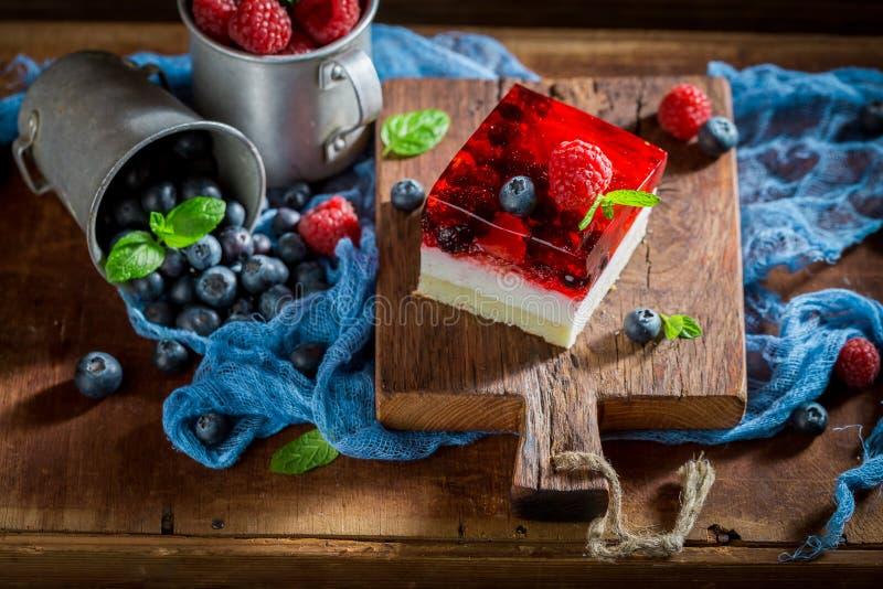 Сладостный торт с свежими ягодами и студнем стоковое изображение