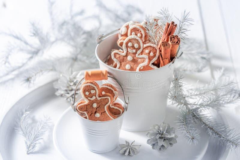 Сладостный человек пряника рождества в белом ведре стоковое фото
