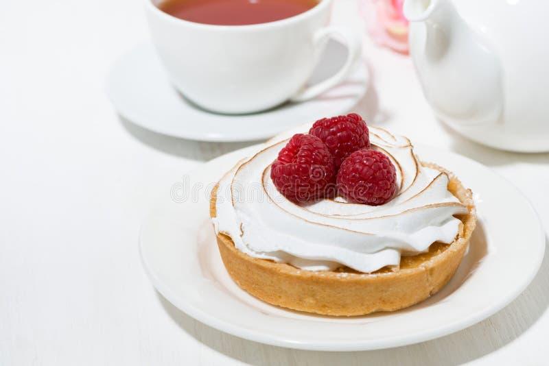сладостный tartlet с меренгой и поленикой на белой таблице стоковые фото