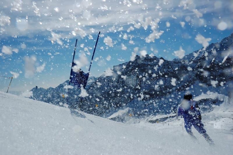 слалом лыжи гонщика стоковые изображения rf
