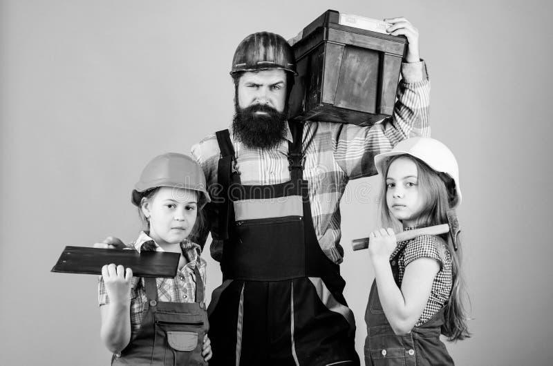 Следовать отцом Девушки детей построителя отца Научите дочери Неофициальное образование r Сестры помогают построителю отца стоковое фото rf