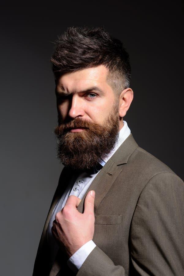 Следовать ядровыми тенденциями дела для того чтобы не фасонировать тенденции Человек с длинной бородой в носке дела Бородатый чел стоковая фотография rf