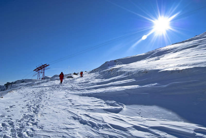 следуя за trekkers путя горы стоковая фотография rf