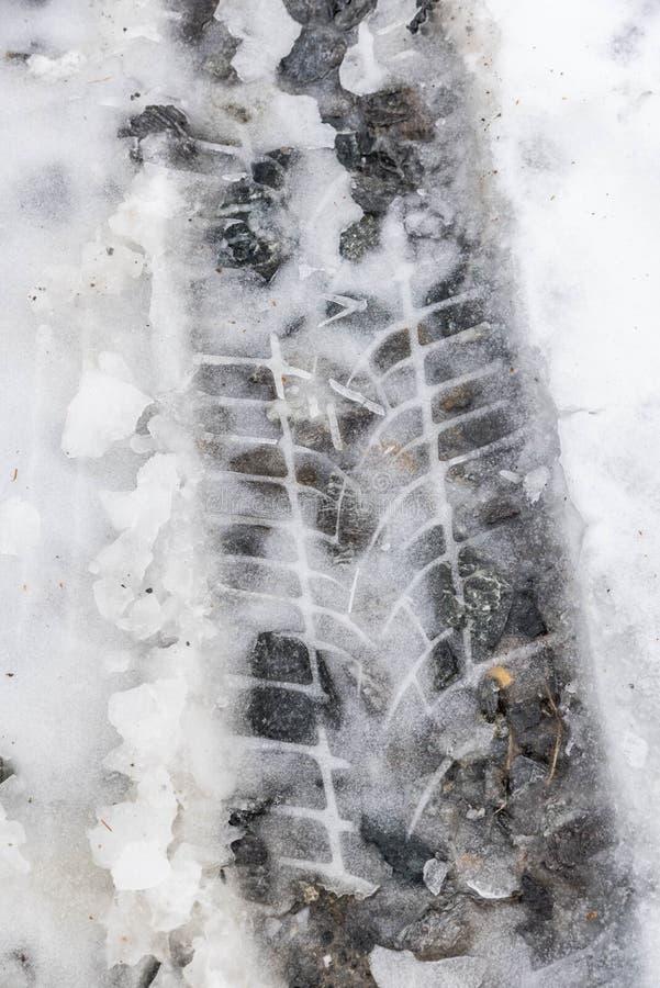 Download Следы автошины в снежке стоковое изображение. изображение насчитывающей черный - 105037555