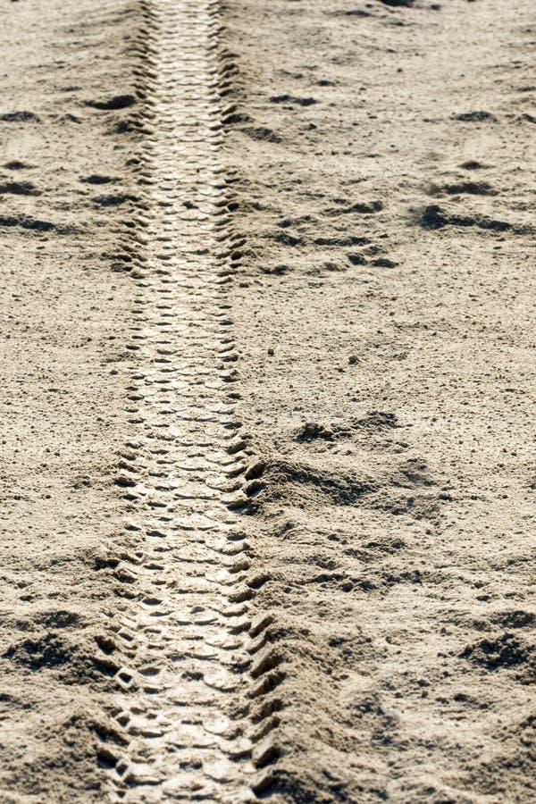Следы автошины на грязи стоковые фотографии rf