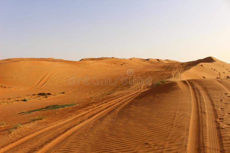 Следы в дюнах пустыни песков Wahiba в Омане стоковое изображение