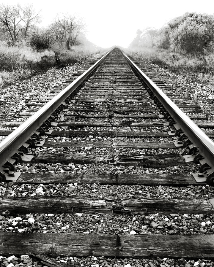 следы железной дороги тумана стоковое фото