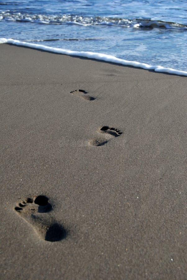 Следы ноги на песке на пляже Parantritis стоковое изображение rf