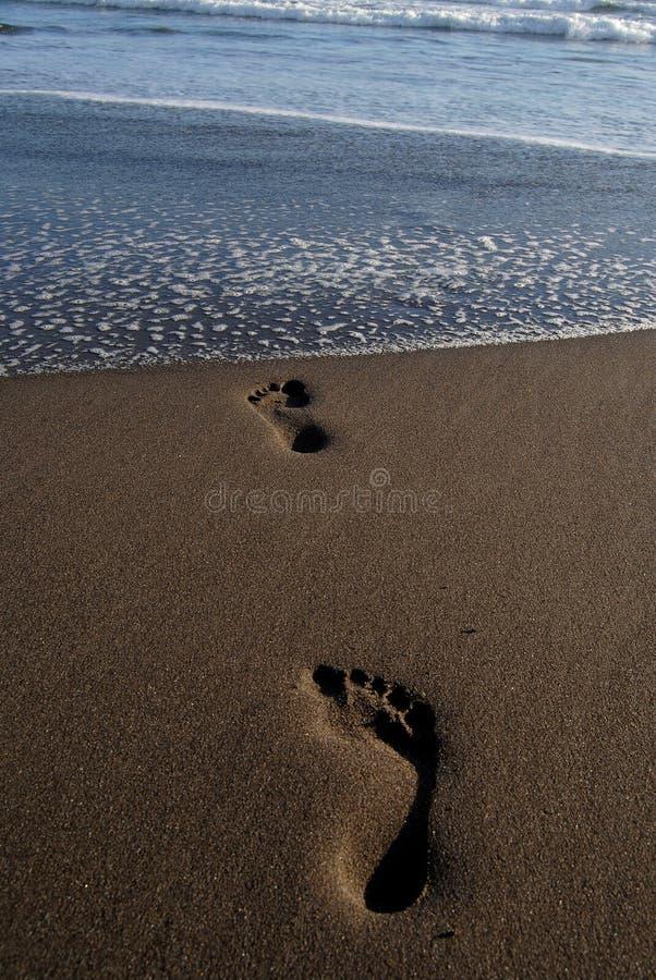 Следы ноги на песке на пляже Parantritis стоковые фотографии rf