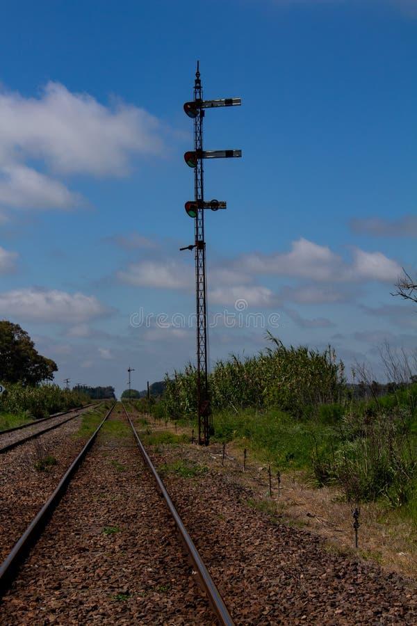 Следы поезда дезертировали Лампа островка безопасност стоковые изображения rf