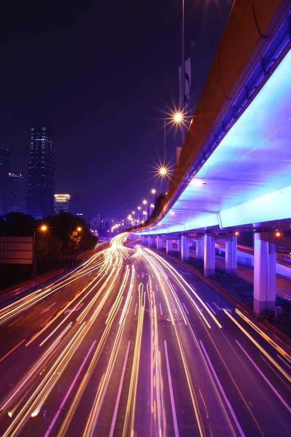 следы света автомобилей двигая стоковые фото